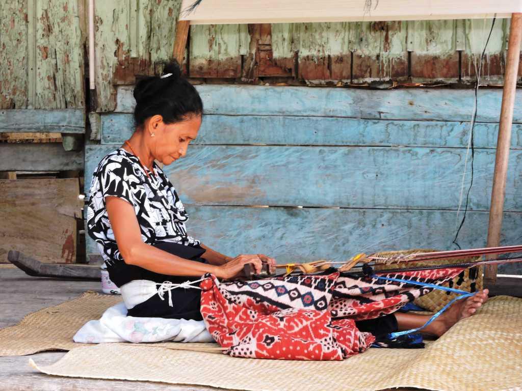 tessitrice di ikat a Sumba