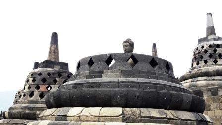Giava stupa e budda al borobudur