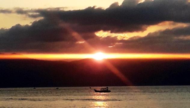 Timor indonesia tramonto e barca