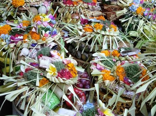 a Bali durante il purnama  si fanno grandi offerte