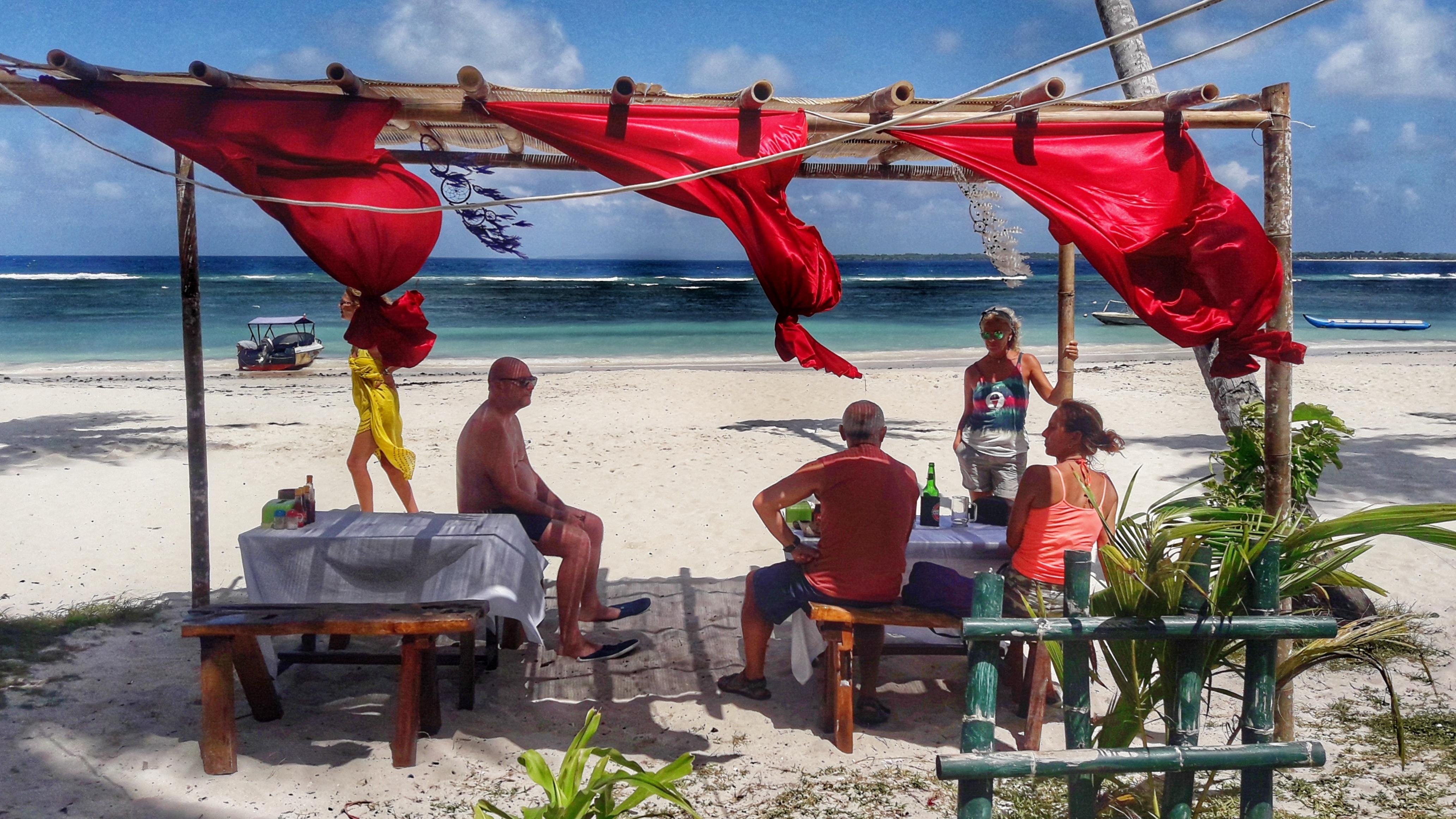 Sulawesi amici sotto la tenda