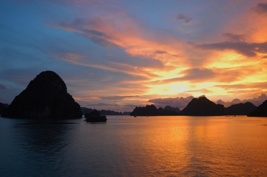 tramonto nella baia di halong in vietnam