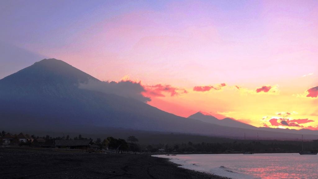 Bali Amed e vulcano al tramonto