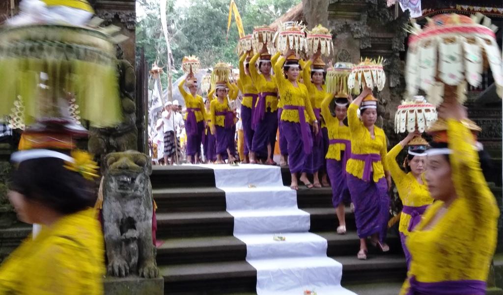 balinesi in processione al tempio durante una cerimonia galungan