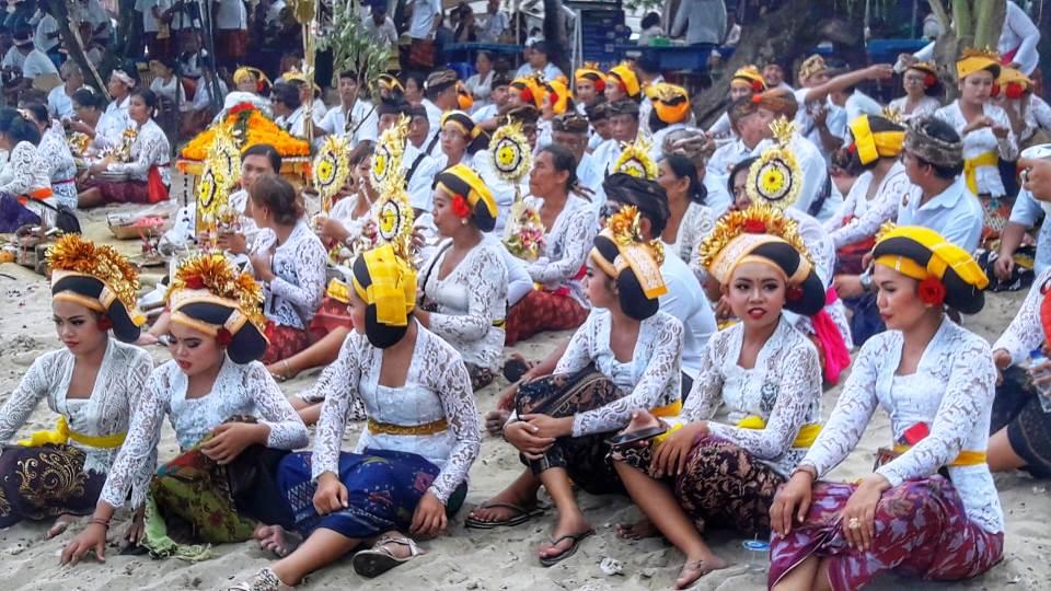 Balinesi sulla spiaggia di Sanur durante la cerimonia melasti