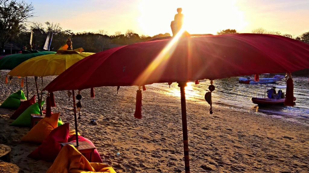 i tenui colori e le luci del tardo pomeriggio in una spiaggia di lembongan