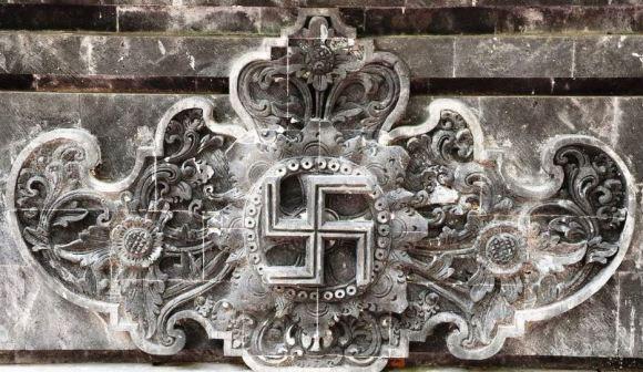 A Bali la swastika ha un significato molto importante e si usa spesso metterla all'ingresso delle abitazioni
